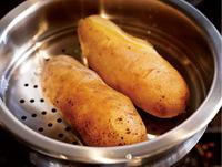 蒸気の上がった蒸し器にじゃがいもを入れ、ふたをして強火で30~40分加熱する。竹串を刺してみてすーっと通るまで柔らかく蒸す(蒸し器がない場合は、鍋で水から中火で20~30分ゆでる)。粗熱が取れたら皮をむく。