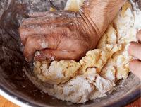 小麦粉100gを加えて、木べらでよく混ぜ合わせる。全体になじんだら、手でしっかりとこねる。