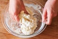 粉類、ヨーグルト水の材料をそれぞれボールに入れて混ぜる。粉類にヨーグルト水を加え、ゴムべらで切るように混ぜる。ぽろぽろしてきたら、ひとまとまりになるまで手で混ぜる。