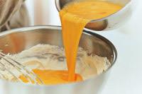 溶き卵を2〜3回に分けて加え、そのつど均一になるまで混ぜる。