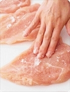 砂糖、塩各大さじ1/2、こしょう少々を全体にふり、手ですり込んでしっかりとなじませる。  これで柔らか! 砂糖の保湿効果が、加熱後のパサつきを防ぎ、しっとりさせてくれます。