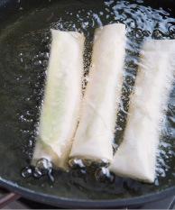 フライパンにサラダ油を高さ2cmくらいまで入れて中温(170~180℃。乾いた菜箸の先を底に当てると、細かい泡がシュワシュワッとまっすぐ出る程度)に熱し、【2】の1/2量を入れる。ときどき返しながら3~4分揚げ、きつね色になったら取り出して油をきる。残りも同様にし、斜め半分に切って器に盛り、みそマヨネーズを添える。