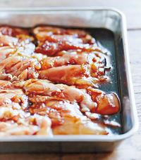 鶏肉は余分な脂肪を取り除く。下味の材料とともにバットに入れてかるくもみ、30分ほどおく。途中で一度、裏返す。