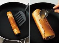 フライパンにサラダ油を薄く塗り、再び中火にかけて30秒ほど熱する。作り方【1】~【2】を参照して生地を焼き、生地を巻いたしんに巻きつける作業を繰り返す。ただし、フライパンの温度が少しずつ上がってくるので、様子をみながら焼き時間を50秒~1分に調整する。焼きすぎて、生地の表面が完全に乾いてしまったときは、ボールの生地を薄く塗ってから巻くようにする。