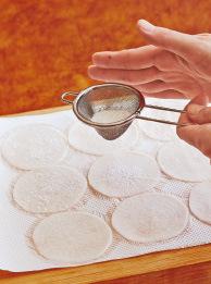 大根がしんなりしたら、ペーパータオルに並べて水けをしっかり拭き取る。すぐに大根の片面の切り口に、片栗粉適宜を茶こしで薄くふる。