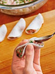 【3】の大根の片栗粉をふった面に肉だねを1/12量ずつのせて半分に折り、中央を指で押さえて留める。肉だねがはみ出ないように、スプーンの背で平らになるように押さえ、形を整える。