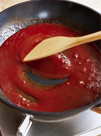 フライパンをさっと洗って水けを拭き、ソースの材料を入れて中火にかける。ときどき混ぜながら、煮立ったら火を止め、ハンバーグにかける。