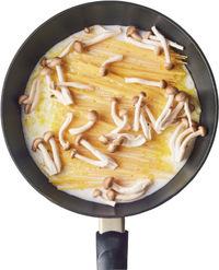 フライパンに玉ねぎを広げ、スパゲティを半分に折ってのせる。スパゲティの上にしめじをのせ、煮汁の材料を混ぜてから加える。