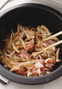 水1と1/2カップ、塩小さじ1/2、しょうゆ小さじ1を混ぜる。炊飯器の内がまに米を入れ、調味した水を注ぎ入れる。米の表面を平らにし、【5】の具を汁ごと加えてならし、普通に炊く。炊き上がったら上下を返しながら混ぜる。器に盛り、青のりをふる。