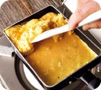 手前のあいたところにサラダ油をペーパータオルで薄く塗って少し熱し、残りの卵液を2回に分けて流し入れる。そのつど、奥の卵を持ち上げ、卵焼き器を傾けて、卵液が全体にいきわたるように下にも流し込む。弱めの中火にして、手前の卵液の表面が少し乾くまで1分30秒~2分焼く。
