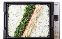 ホットプレートを保温にし、ご飯を入れて広げる。ご飯の中心に菜箸を斜めに目印に置き、もやしのナムル、ほうれん草のナムルを箸の両わきに盛る。【1】を1/2量ずつ同様に盛り、片側にキムチをのせる。あいているところにコーンのナムルをのせる。