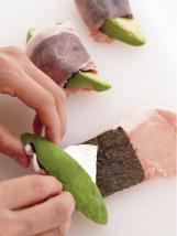 豚肉をまな板に縦長に広げ、塩、こしょうをふる。のりを1切れずつ縦長にのせ、手前にカマンベール、アボカドを1切れずつのせる。手前からすきまなく巻き(カマンベールが外にはみ出ないようにする)、巻き終わりを押さえてなじませる。小麦粉、溶き卵、パン粉の順にころもをつける。
