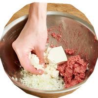 ボールにひき肉、塩、こしょうを加え、粘りが出るまで練り混ぜる。残りの肉だねの材料を加え、豆腐を手でくずしながらさらになじむまで混ぜる。