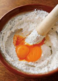 水きりした豆腐をすり鉢(フードプロセッサーでもOK)に入れて細かくなるまですりつぶす。卵黄、サラダ油を加えて混ぜる。