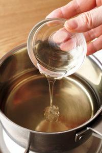 酢にはちみつを加え、強めの中火でひと煮立ちさせる  ※使用する鍋は、酸に強いホーローかステンレス製のもので。