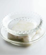 豆腐は厚手のペーパータオルに包み、皿を2~3枚のせて重しをし、30分ほど水きりをする。厚みを半分に切り、塩少々をふる。さやいんげんはへたを切って斜め薄切りにする。プチトマトはへたを取り、縦4等分に切る。