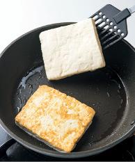 フライパンにサラダ油大さじ1/2を中火で熱し、豆腐を入れて3~4分焼く。裏返して同様に焼き、器に盛る。みそ大さじ2をみりん大さじ2で溶く。