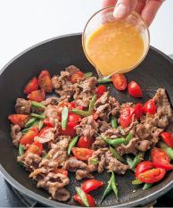 同じフライパンにサラダ油大さじ1/2を中火で熱し、いんげんを入れて2分ほど炒める。牛肉を加えてほぐしながら炒め、肉の色が変わったらトマトを加えてさっと炒める。【2】のみそを回し入れ、全体を大きく混ぜてからめ、豆腐にのせる。