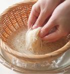 ざるごとたっぷりの冷水につけ、さらに流水にさらしてそうめんを冷やす。余熱でそうめんに火が通って柔らかくならないように、ゆで上がったらすぐに冷やすことが肝心。粗熱が取れたら手でかるくもみ洗いし、ぬめりを取る。さらに氷を加え、かるくもみ洗いしてそうめんをしめ、水けをしっかりときる。