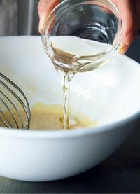 生地を作る。ボールに卵を割りほぐし、砂糖、塩を加えて泡立て器でなじむまでよく混ぜる。ここでよく混ぜないと、焼いたときに味のまとまりがなくなるので、卵と砂糖がなじんでとろりとするまで混ぜる。植物油を3回に分けて加え、そのつどよく混ぜる。