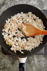 焦げはじめたらときどき混ぜ、途中1~2回、水大さじ2を加えながら(差し水)、3~4分焼くように炒める。