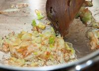 口径約20cmの鍋にサラダ油大さじ1を中火で熱し、ねぎを入れて2~3分炒める。うっすらと焦げ色がついてきたら火を止め、木べらで押しつけて油をきり、取り出す。