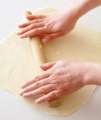 調理台にごく少量の打ち粉をふり(ふりすぎると包みにくくなるので注意)、生地を35×35cmの正方形になるようめん棒でのばす。のばし終えたら、生地を一度調理台からふわっとはがし、もとに戻す。