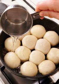 熱湯1/4カップを加え(油がはねるので注意)、すばやくふたをして5分ほど蒸し焼きにする。ふたをはずし、かるく水分をとばして、ねぎとごまをふり、器に盛る。