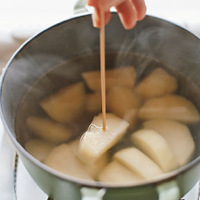 鍋にじゃがいもを入れ、かぶるくらいの水を入れて中火にかけ、竹串がすーっと通るまで8分ほどゆでる。