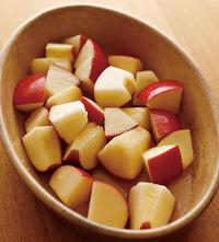 りんごはよく洗い、皮ごと8等分のくし形に切ってしんと種を取り、幅3~4cmに切る。ボールに入れ、グラニュー糖、コーンスターチ、レモン汁、水小さじ2を加えてさっとあえ、グラタン皿に入れて5分ほどおく。