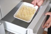 玉ねぎはみじん切りにして耐熱の器に入れ、バターをのせてふんわりとラップをかけて電子レンジ(600W)で4分ほど加熱する。バットに広げ入れてクーリングアシストルームに入れ、「はやうま冷却」(冷ます)5分であら熱をとる。ベーコンは幅1cmに切る。