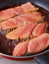 鮭はざるに並べて熱湯をかける。フライパンに水1カップと、調味用の材料を入れて中火にかけ、煮立ったら鮭を皮目を下にして並べ入れる。ときどきスプーンで煮汁をかけながら、7~8分煮る。鮭を取り出し、煮汁に水をたして540mlにする。
