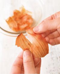大きいものは縦に2~3等分に裂く。こうすると、皮の裂け目から玉ねぎのうまみが出やすくなる。