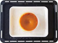 オーブンの天板に、ペーパータオルを敷いたバット、【2】のボールをのせる。バットに50~60℃の湯を高さ2cmまで注ぐ。160℃のオーブンで、45~50分蒸し焼きにする。中心に竹串を刺してみて、プリン液がにじみ出てこなければ焼き上がり。ボールをケーキクーラーにのせて粗熱を取り、冷蔵庫で2時間以上冷やす。好みでメープルシロップをかける。