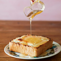 スライスチーズを1枚ずつのせ、トースターでこんがりするまで5分ほど焼く。はちみつをかける。