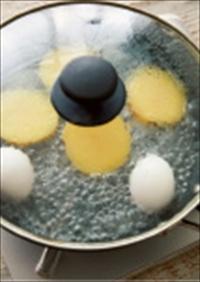 じゃがいもはよく洗い、皮つきのまま半分に切って、切り口を上にし、卵とともにフライパンに並べる。じゃがいもの高さの半分くらいまで水を加えてふたをし、中火にかける。沸騰したら弱火にし、8分蒸しゆでにしたら卵は取り出し、冷水で冷やす。じゃがいもはそのまま竹串がすっと通るまでさらに7分ほど蒸しゆでにする(途中水が少なくなったら適宜たす)。
