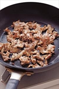 フライパンにごま油小さじ1を中火で熱し、豚肉を広げながら、焼き色がつくまで香ばしく焼き、器にいったん取り出す。