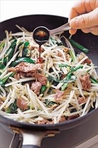 フライパンの汚れをさっと拭き、ごま油大さじ1、塩小さじ1/3、にんにくを入れて強めの中火で熱する。もやし、にらを入れ、【1】の豚肉をのせる。菜箸と木べらで上下を返すように混ぜ、全体に油がなじんで野菜がややしんなりしたらしょうゆ小さじ1を回しかけてひと混ぜし、器に盛る。