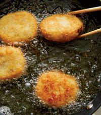 フライパンにサラダ油を高さ1.5cmくらいまで入れ、中温※に熱する。【3】のたね4個を入れ、こんがりとするまで両面を2~3分ずつ揚げ、油をきる。残りも同様に揚げる。キャベツとともに器に盛り、中濃ソース適宜をかける。  ※170~180℃。パン粉を少量落とすと、すぐにシュワッと音を立てて広がる程度。