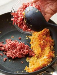フライパンにオリーブオイル大さじ1/2を中火で熱し、玉ねぎ、にんじん、にんにくを入れて3分ほど炒める。端に寄せ、あいたところにひき肉を加えて強めの中火にし、色が変わるまで炒める。全体を混ぜ、塩小さじ1/3、こしょう少々を加えて調味する。