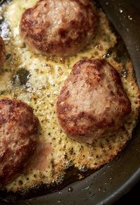 それぞれのチーズの上にハンバーグをのせ、ふたをして弱火にし、4~5分蒸し焼きにする。チーズがきつね色になったら、1つずつフライ返しで切り離し、ひっくり返して器に盛る。粒マスタードを添えていただく。