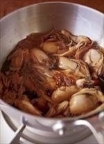 土鍋とは別の鍋に煮汁の材料を入れて中火にかける。煮立ったらかきを加え、2分ほどしてぷりっとしたら、まいたけを加える。さらに3分ほど煮てざるに上げる(煮汁はとっておく)。