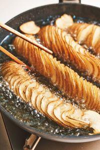 フライパンに【1】を開きながら並べ、にんにくと揚げ油3カップを加える。強めの中火にかけ、7~8分動かさずに揚げる。裏返して強火にし、中心部分が色づくまで7~8分揚げて油をきる。