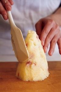 【1】のポテトサラダを直径8~9cm、高さ9~10cmの円すい形にゴムべらを使って形作る。