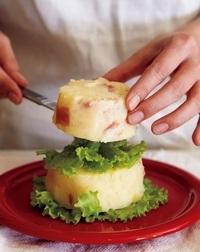 器にリーフレタスの1/3量を放射状に敷き、【3】の最下段をのせる。リーフレタスの残りの1/2量、【3】の中段、残りのリーフレタス、【3】の最上段と交互に重ねる。星形のパプリカを頭頂部にさし、粉チーズをふる。