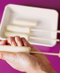 チーズに割り箸を刺す(端まで刺すと裂けてしまうので、半分くらいまでを目安に)。