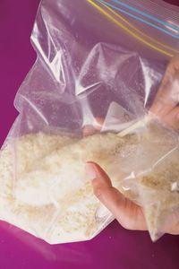 保存袋にパン粉と、【3】を1本ずつ入れる。袋の上から握るようにして生地にパン粉をしっかりとまぶしつける。パン粉がつきにくいときは、生地の表面に水少々を塗る。