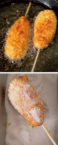 フライパンに高さ2cmくらいまで揚げ油を入れ、弱火で低温(※2)に熱する。【4】を2本ずつ、向きを互い違いになるように入れ、そのままさわらずに2分ほど揚げる。さらにときどき返しながら、全体に揚げ色がつくまで6分ほど揚げ、油をきる。グラニュー糖をまぶし、好みでケチャップやマスタードをかけていただく。  ※2 約160℃。パン粉を少量落とすと、少し沈みかけてからゆっくり広がる程度