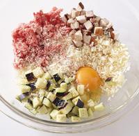 しいたけは石づきを切り、7~8mm角に切る。えのきは根元を切り、長さ5mmに切る。なすはへたを切り、7~8mm角に切る。万能ねぎは根元を切り、1本は斜めに4等分に切って飾り用にする。ボールに卵を割り入れ、ひき肉、しいたけ、えのき、なすと、パン粉1/3カップ、塩小さじ1/2を加える。粘りが出るまで手でよく練り混ぜ、たねを作る。