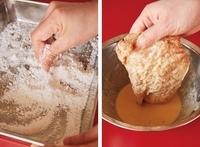 ボールにバッター液の材料を混ぜる。別のバットにカリカリごろもの白玉粉と水大さじ1を入れ、白玉粉に水をなじませながら指で細かくする。片栗粉を加えて混ぜる。【2】の鶏肉の汁けをきって小麦粉を薄くまぶす。バッター液をからめてから、カリカリごろもを全体にまぶし、そのまま5分ほどおく。